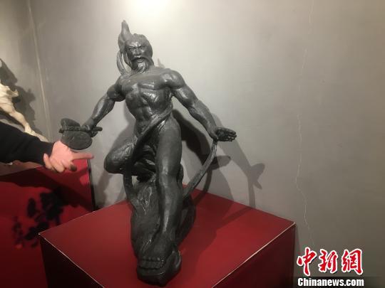 """武汉非遗""""父子兵"""" 潜心雕塑致力弘扬华夏文化"""