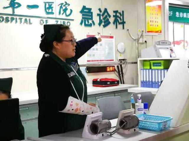 手腕意外受伤 淄博一护士绑着绷带照顾病人
