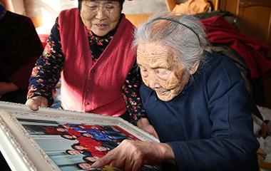 108岁老太五世同堂 耳聪目明记得60多晚辈乳名