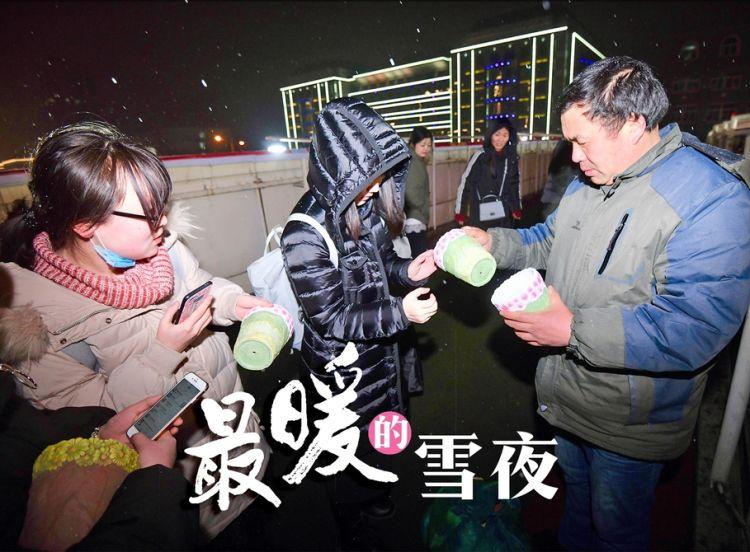 9岁女儿患重病,父亲雪夜蹲守医院前卖花盆筹治疗费