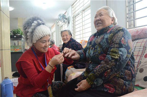 莱芜区30多名志愿者的爱心元宵温暖了老年公寓