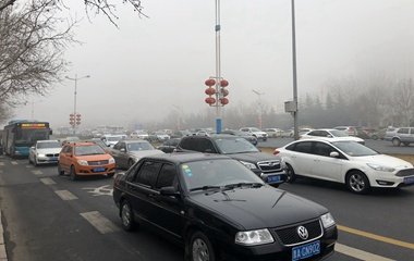 山东8市遭遇强浓雾 济南城内只见大楼不见楼顶