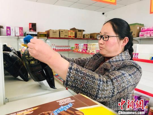 """甘肃榆中""""山村超市"""":解民""""买一次用半年""""困境"""