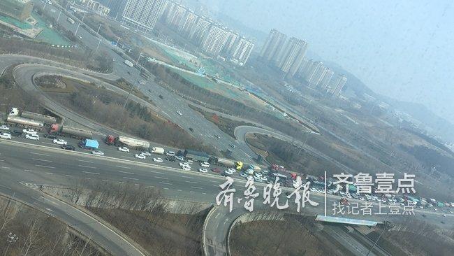 高速放开后,济南经十东路东向西上高速车流排长队