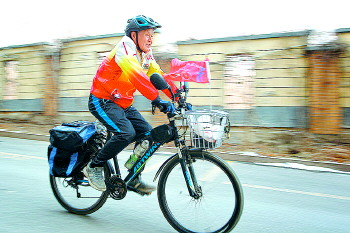 活出精彩!花甲老人一年骑行上万公里,已坚持8年多