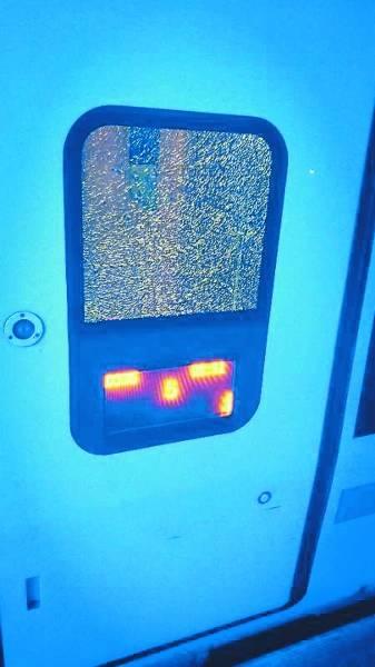 在开往青岛的动车上,一对情侣吵架后砸破车玻璃!被拘
