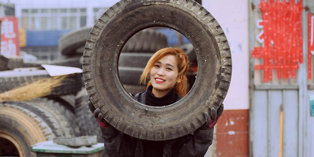 济南女汉子轻松给300斤轮胎补胎 直播平台上她却是爱美小女人