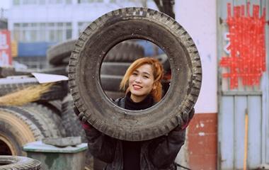 济南女汉子补胎13年 直播平台上却是爱美小女人
