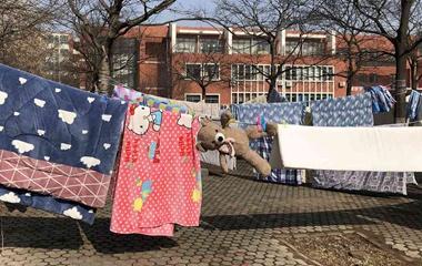 大学生开学返校 宿舍周边晾晒各色被褥成一景