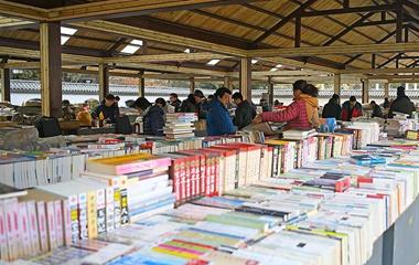 改造后的济南中山公园旧书市场?#25351;?#24448;日热闹