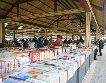 改造后的济南中山公园旧书市场恢复往日热闹景象