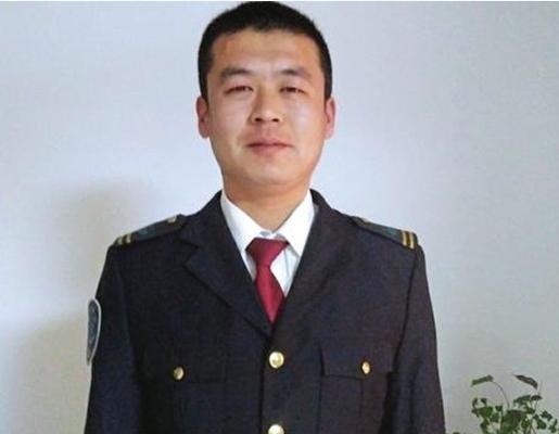 """路遇危困 济南公交司机变身""""掰门哥"""""""