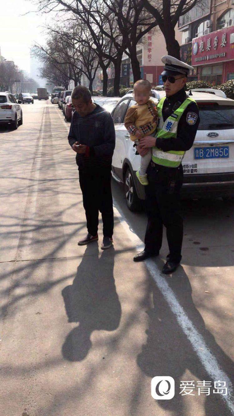 危险!两岁娃走丢独自过马路 幸好交警及时发现(图)