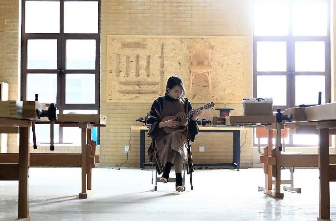 """青岛:95后女孩从小爱干""""木工""""活儿 把木艺玩进大学当教师"""