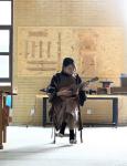 """青岛:95后女孩从小爱干""""木匠""""活儿 把木艺玩进大学当老师"""