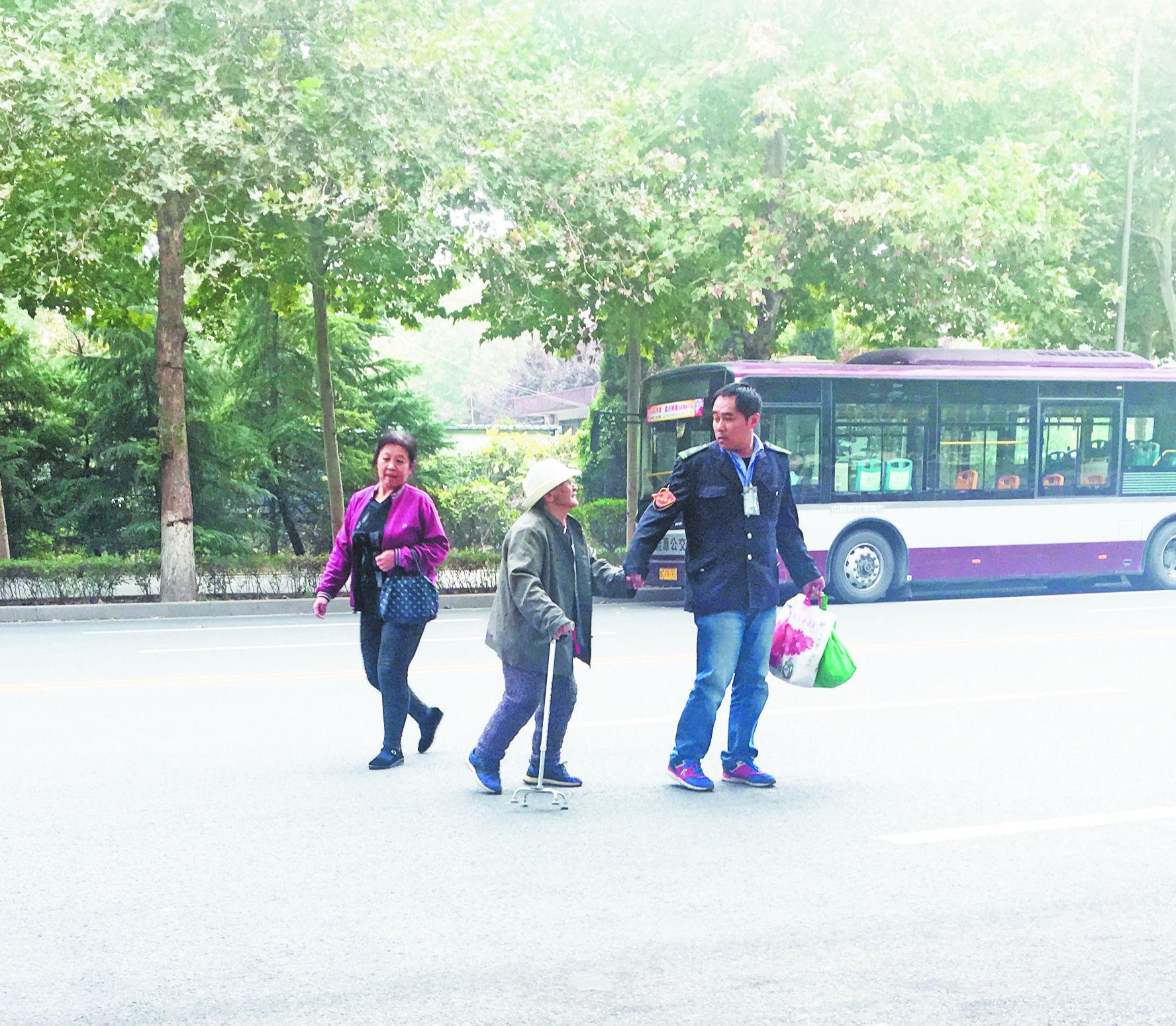 他扶老人回家感动全城 带出一条淄博敬老公交线