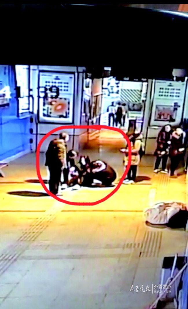 一份外卖引出爱心故事:济南BRT站务员用糖果救下乘客