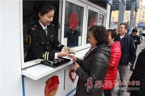 """青岛有位""""零钱姑娘"""",10个月为乘客兑换8万多元"""