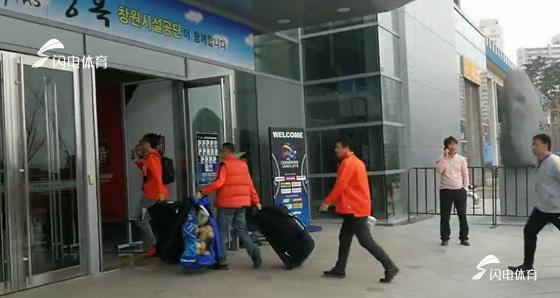 鲁能球迷云集庆南主场  现场观赛鲁蜜或超300人