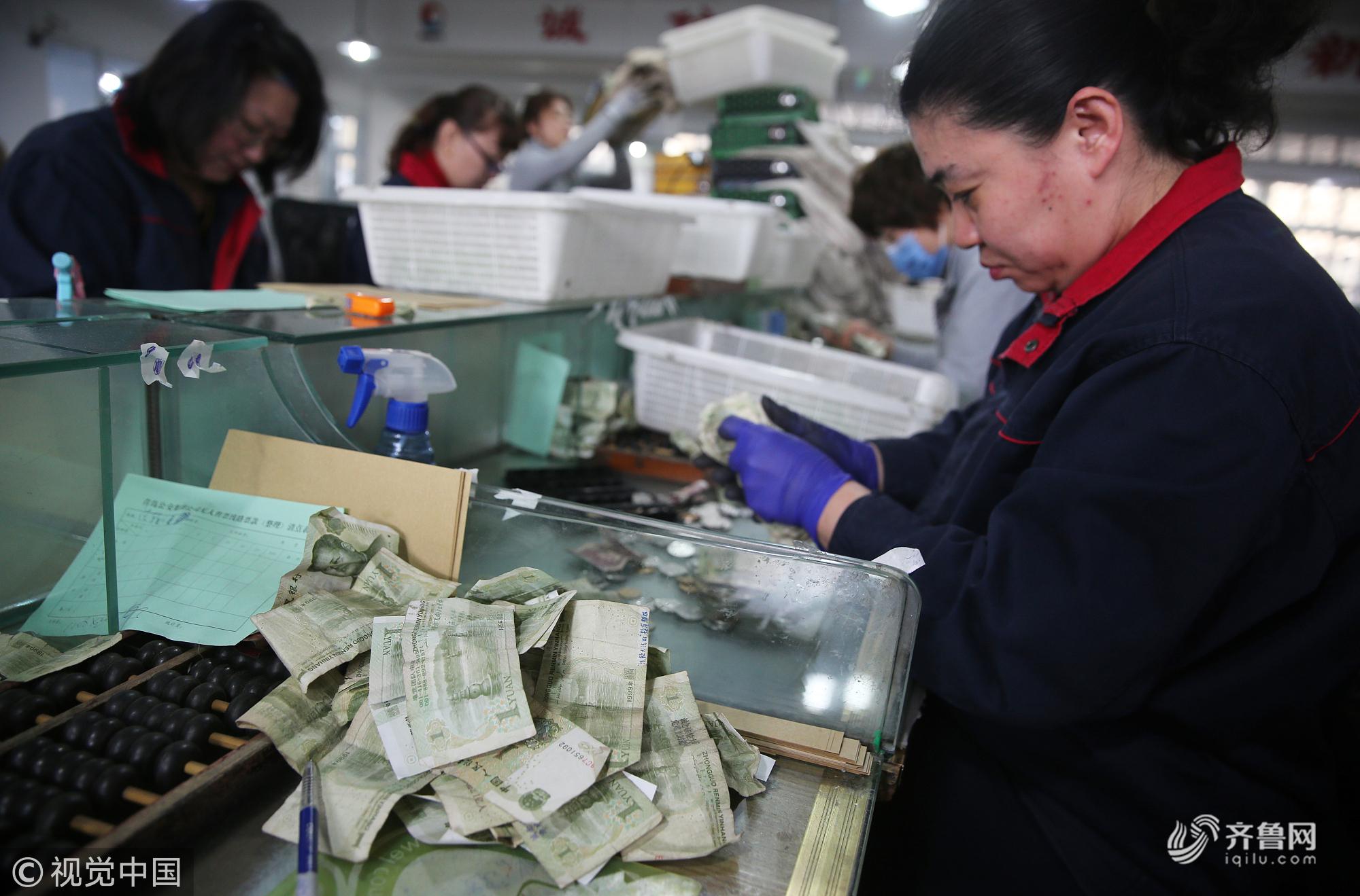 青岛:点钞员每天点钱近万张 数钱数到手抽筋