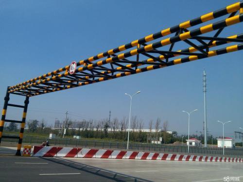 周村城区限高杆定时降低阻止大货车进入