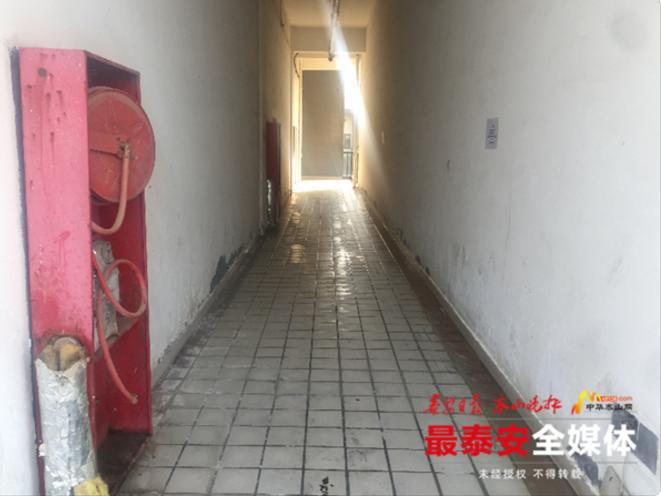 """泰安万达广场8号写字楼东侧楼内有人随地""""方便"""""""