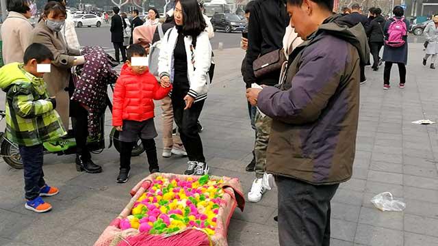 """《极速时时彩网站》_青岛街头""""彩色小鸡""""热销?隐患可不小 购买需谨慎"""