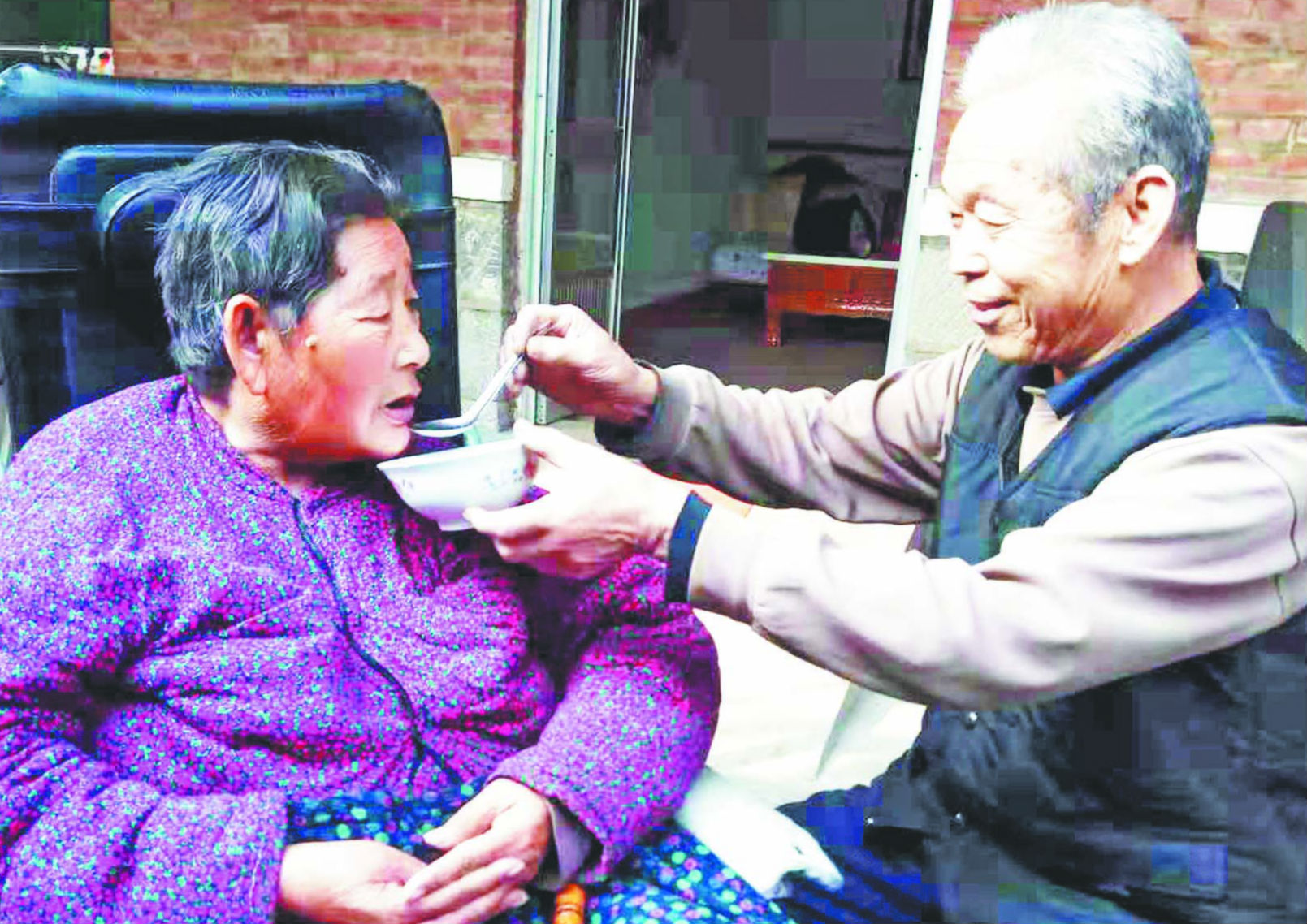 淄博八旬老人照顾患病妻子30载 洗衣做饭针线活样样行