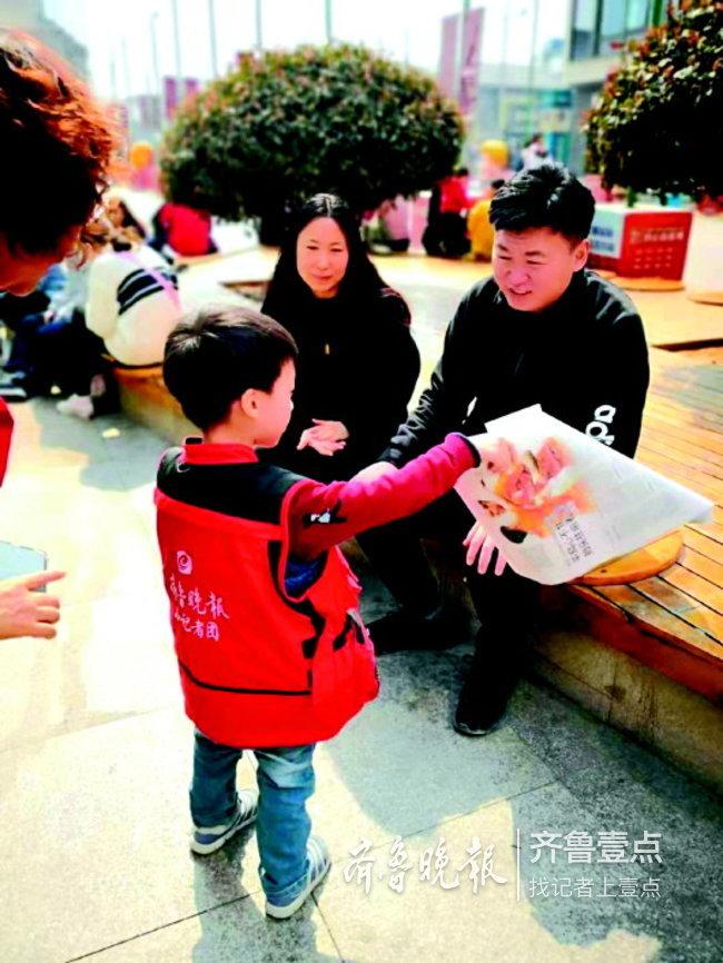 济南近百志愿者上街义卖,为菏泽留守儿童捐建图书室