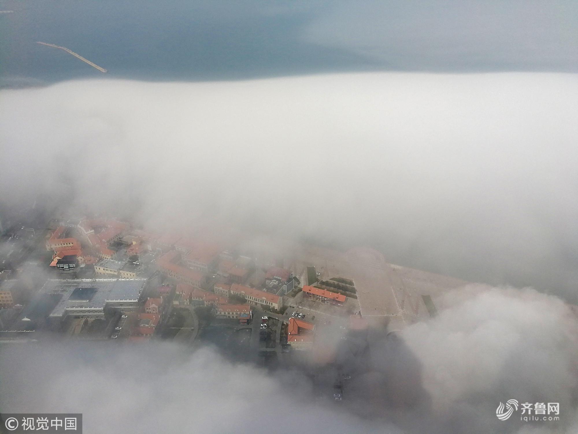 山东烟台被平流雾笼罩 城市若隐若现