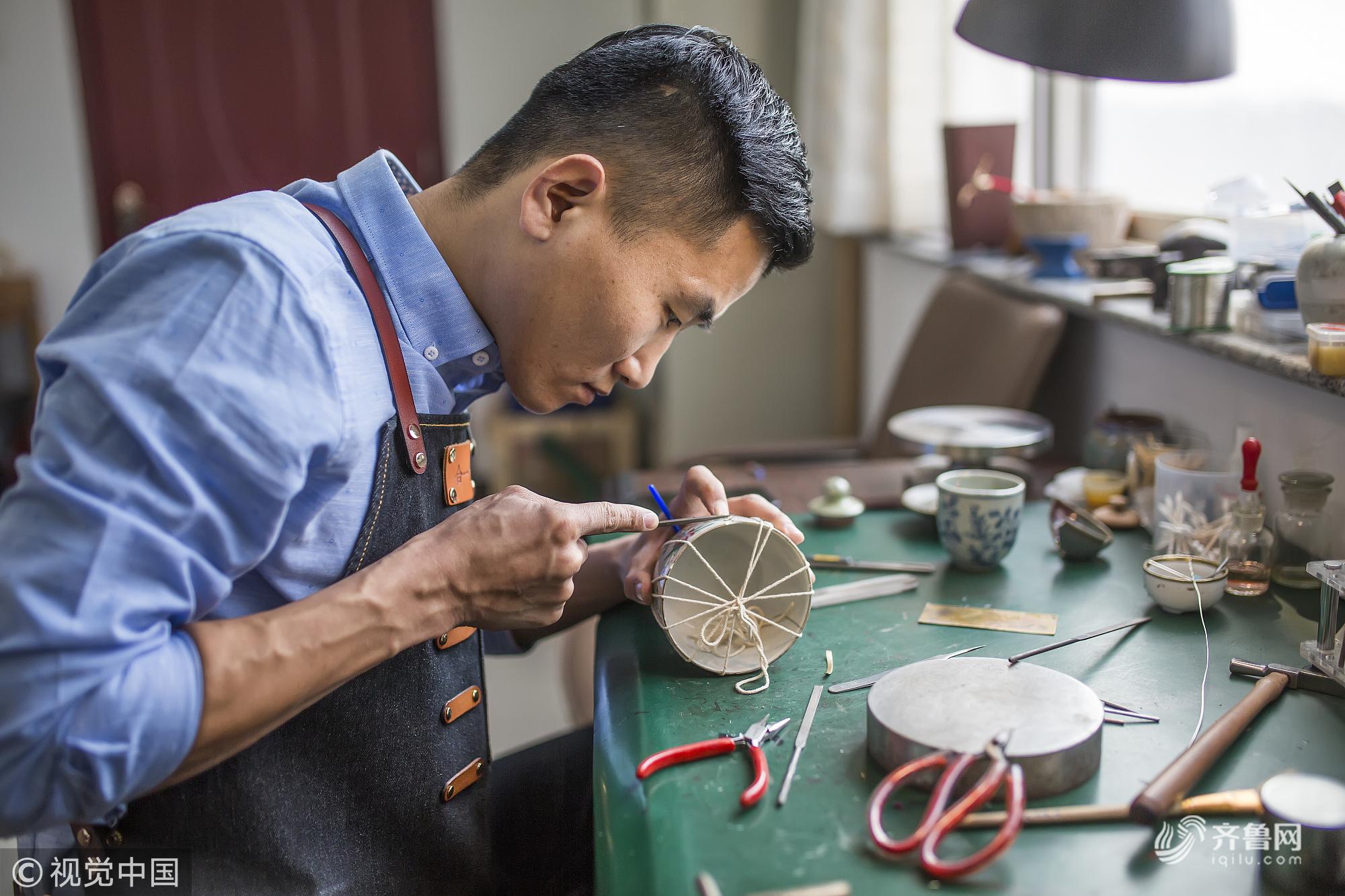 滨州:80先人力专员跨行锔瓷技术 破裂瓷器升华为别样艺术品