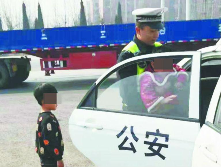 兄妹俩出门找妈妈迷路 幸被周村交警送回