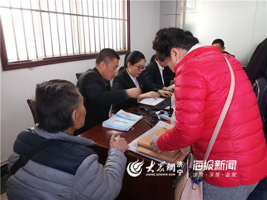 济宁任城法院发放执行款 受害群众排队领取
