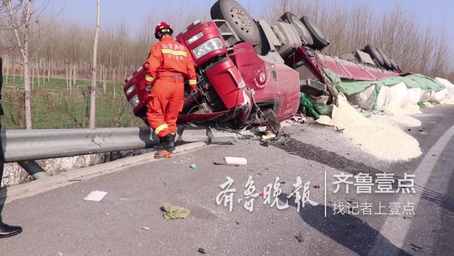 济宁高速出口半挂车侧翻,一人被困!消防紧急救援