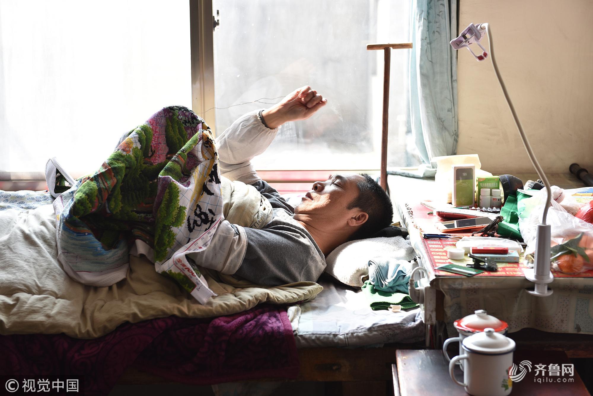 """山东日照:瘫痪夫君把床当""""绣房"""" 躺着""""绣花""""33年"""