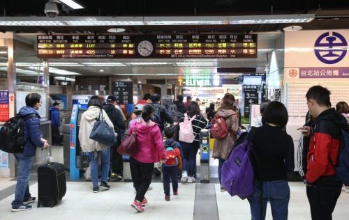 台北车站验票闸门失灵大量旅客堵塞 现已修复