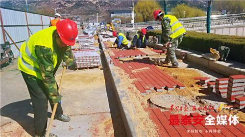 """泰安望岳东、西路人行道更换""""透水砖""""已完成500平"""