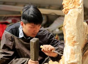 菏泽小伙酷爱木雕 雕刻人物惟妙惟肖颇受喜爱