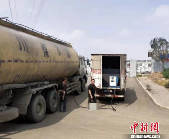 """四川一厢式货车变""""移动加油站"""" 交警:须警惕""""移动炸弹"""""""