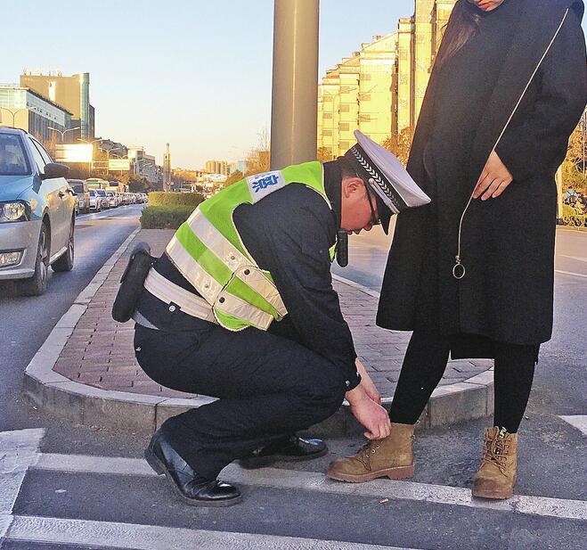 """交警街头蹲下身子为孕妇系鞋带 这是济南""""最帅的弯腰"""""""