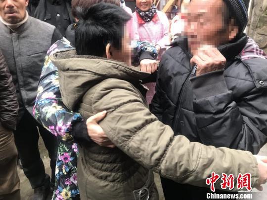两地警方助力寻亲 走失18年的女儿终与父团聚