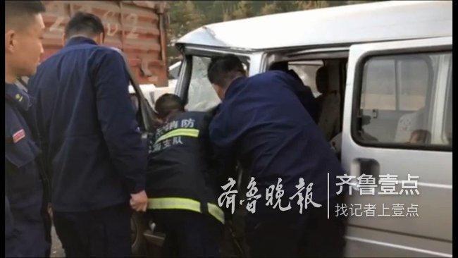 """清晨,两车追尾一人被困,济南消防""""拆车""""救援!"""