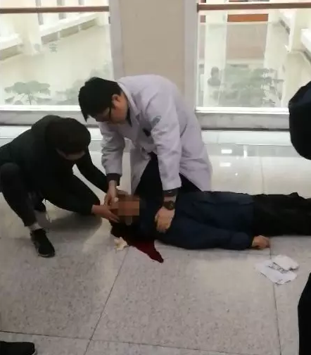男子跌倒大出血路过齐鲁医院,医生二话不说,跪地救人