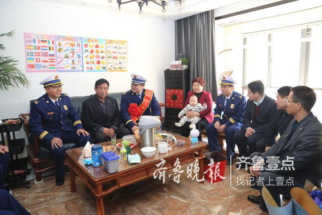 """省消防总队到枣庄开展""""送奖到家""""活动"""
