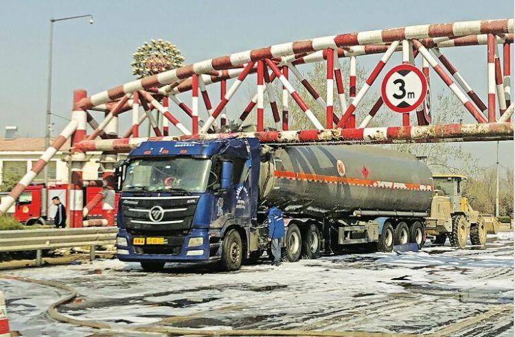 油罐车卡限高杆致泄漏 济南黄河大桥一度封闭