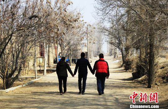 """甘肃民勤:""""母爱如水""""捐肾救子 爱心人士传递希望"""