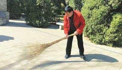 每天早晚各打扫一次 六旬老人义务守护张养浩墓近50年