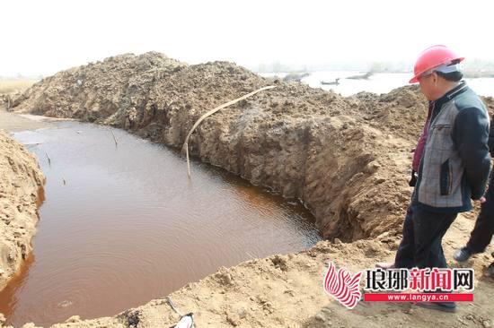 """临沂:河滨现疑似""""炸弹""""?相近水源酿成铁锈色"""