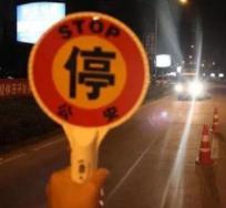 桓台交警夜查酒驾 一男子暴力阻碍执法被当场制伏