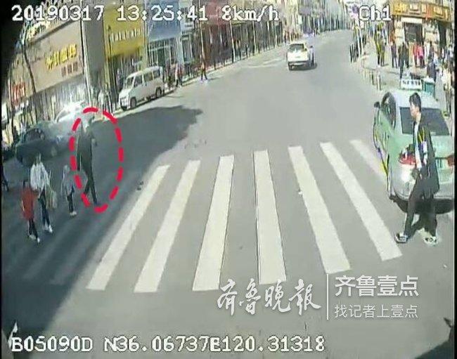 好司机停车礼让行人 两岁娃过马路后大声道谢(图)
